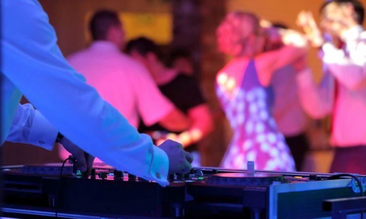 A felhőtlen szórakozás alapköve: lakodalmas DJ