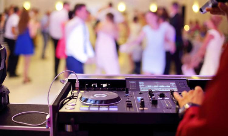 Gondtalan szórakozás a nagy napon? Döntsetek esküvői DJ mellett!
